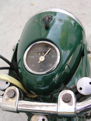 Tachometer na prednom reflektore pribudol neskôr.