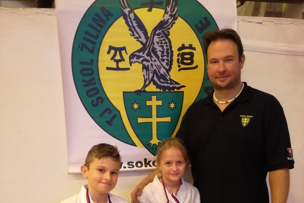 Zľava: Bronzový Nikolas Baláž, zlatá Stellka Bytčanek a tréner Ľuboš Cigánik.