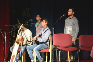 Rómska skupina Chalani zchatrče. Diskusiu vhodne doplnili hudobné vstupy.