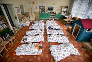 Škôlkarom museli doteraz ako jediní v Detve kvôli spánku rozťahovať ležadlá.