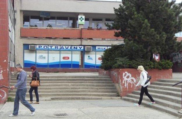 Opravili len schodiská, ale nie nástupné plochy.