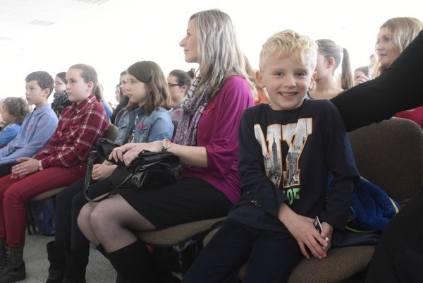 Rodičia s deťmi na Strednej zdravotníckej škole v Trenčíne.
