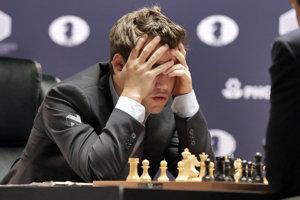 Nórsky obhajca titulu Magnus Carlsen počas 8. partie.