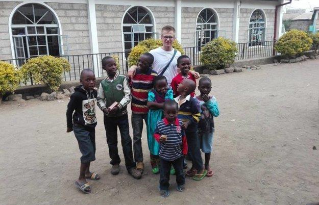 Marek Polák sa vNairobi venoval tým najchudobnejším obyvateľom. Na fotografii spoločne smiestnymi deťmi.