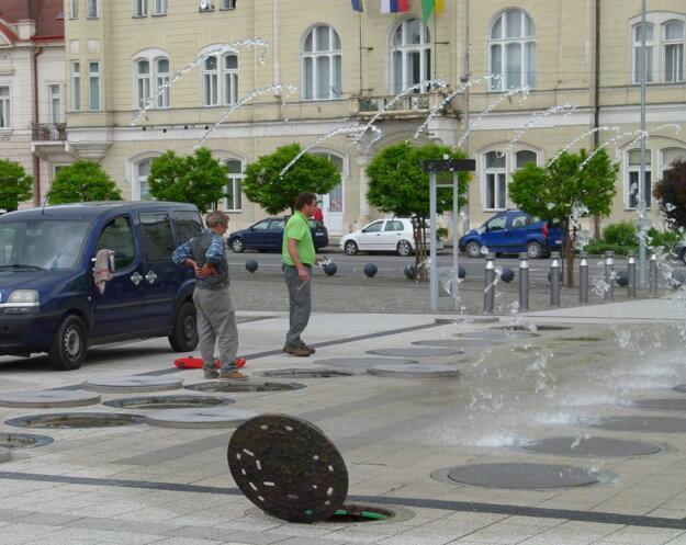 Fontány je potrebné často opravovať. Voda tečie po námestí.