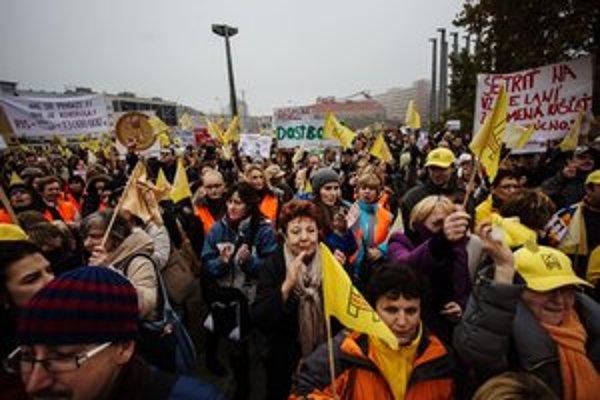 Žltá je farbou štrajkujúcich učiteľov.