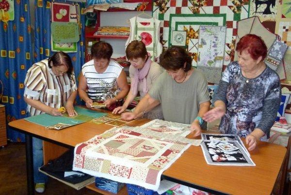 Členky I. Turčianskeho patchworkového klubu pri práci.
