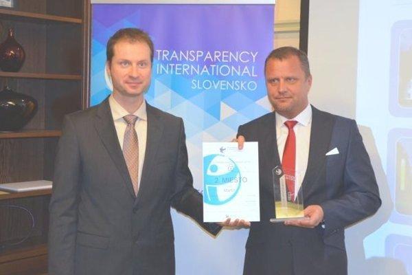 Martinský primátor Andrej Hrnčiar prevzal cenu od Transparency International Slovensko.