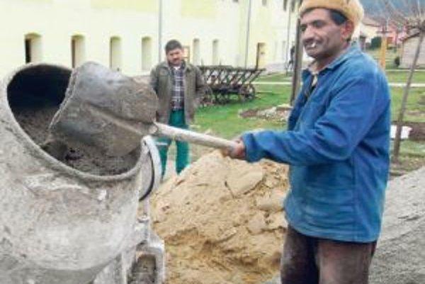 ilustračné foto - Množstvo Rómov pracuje načierno, lebo nemajú inú možnosť.