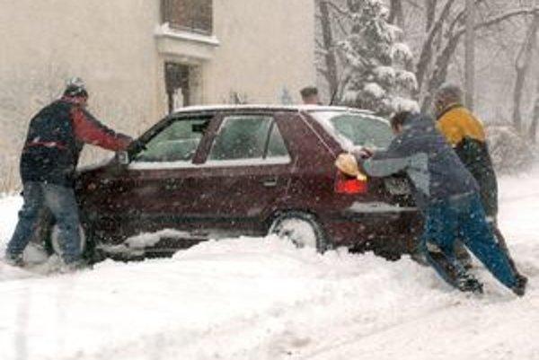 Vodiči musia v zime často bojovať so snehom a námrazou.