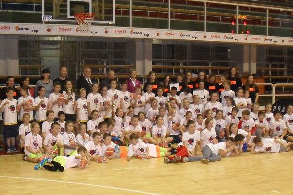 Spoločná fotografia účastníkov Mini basket show.