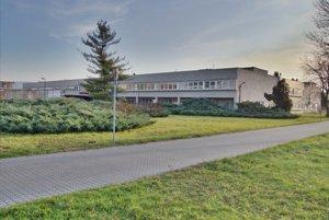 Nemocnice spoločnosti Svet zdravia, a. s., patria do skupiny Penta Investments. Spoločnosť bude platiť kraju za nájom nemocnice 100-tisíc eur ročne azároveň sa zaväzuje do nej investovať značné finančné prostriedky. Do modernizácie aopráv by malo ísť asi 8,3 miliónov eur.