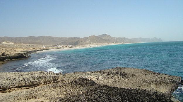 Známa Mughsayl Beach máva prudké vlnobitie do útesov na pobreží.