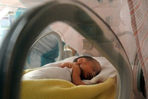Predčasne narodené deti vyžadujú odbornú starostlivosť.