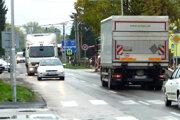Cez Kalnú nad Hronom je odklonená nákladná doprava k hraničnému priechodu v Šahách. Obyvatelia spísali petíciu.