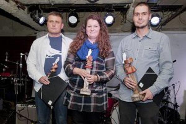 Laureáti V. ročníka ocenenia Biela vrana - zľava - Jozef Žaťko, Simona Rudavská a syn Marcela Strýka - Martin Strýko, ktorému cenu udelili in memoriam.