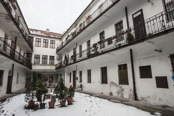 Táto bytovka v historickom centre Bratislavy má viac bytov s regulovaným nájmom. Mesačne vyjde do dvesto eur, hoci trhový nájom je aj štyrikrát väčší.