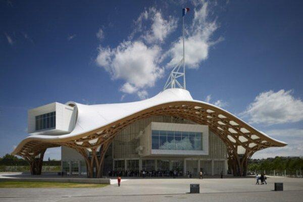 Exteriér moderného múzea umenia Centre Pompidou vo francúzskom meste Metz, ktorý navrhol ocenený japonský architekt Šigeru Ban.