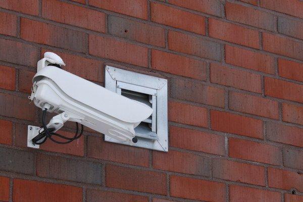 Pokiaľ by vaša kamera zaznamenávala dianie na verejne prístupnom priestore (hoci len na časti mestského chodníka pred domom), už musíte dodržiavať ustanovenia zákona o ochrane osobných údajov.