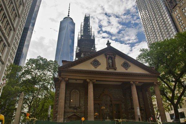V rebríčku najviac atraktívnych miest z hľadiska globálneho kapitálu, ľudí a inovácií zvíťazil New York, nasledovaný Londýnom a Parížom. Na snímke World Trade Center za kaplnkou svätého Pavla v New Yorku.