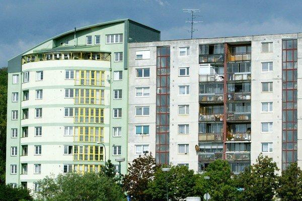 Slovenský trh nehnuteľností si zrejme vzal dovolenku o mesiac skôr a letné teplo zjavne brzdí realitné aktivity.