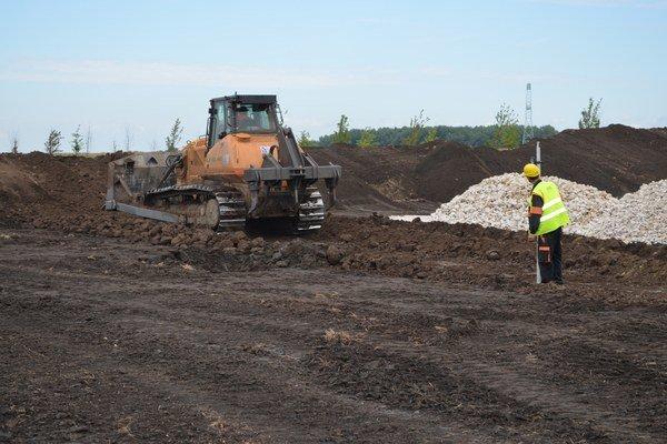 Ukončenie výstavby novej haly je naplánované na júl 2016. Stavebné práce začali včera.