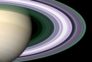 Simulovaný záber Saturnových prstencov.