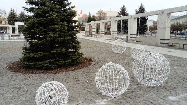 Na námestí budú vianočné trhy aj klzisko.