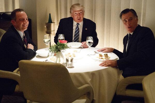 Trumpov šéf kancelárie Bieleho domu Reince Priebus, novozvolený prezident Donald Trump a Mitt Romney.