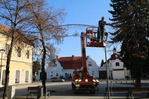 Vianočnú výzdobu v Bojniciach už rozsvietili.