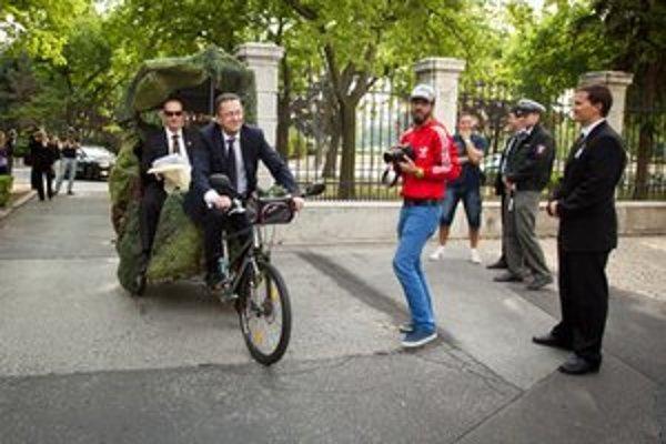 Minister obrany Martin Glváč (druhý zľava) prichádza na rokovanie vlády rikšou v rámci kampane Európskeho týždňa mobility.
