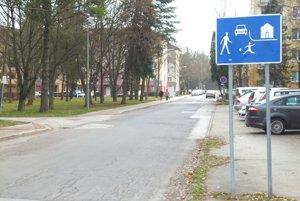 V obytnej zóne by podľa zákona autá vôbec nemali stáť pri krajnici.