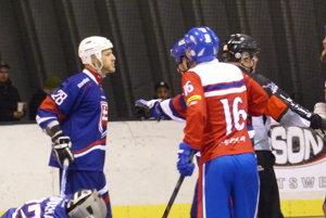 Michal Salajka z Hokejmarket Skalica ako ochranca brankára Miškovca.