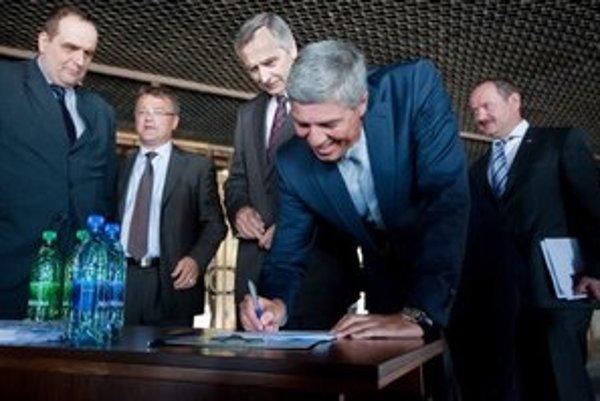 Členovia opozície počas podpisovania otvoreného listu predsedovi vlády Robertovi Ficovi za zachovanie sviatku Sedembolestnej Panny Márie.