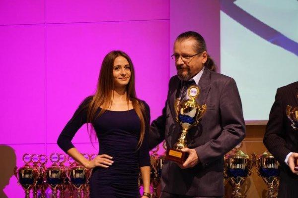 Ľudevít Matuška pri prevzatí majstrovskej trofeje