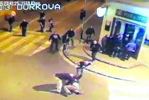 Záber z bitky z októbra 2013, keď holohlaví muži prišli z podniku Walhala a ľudí kopali do hlavy.