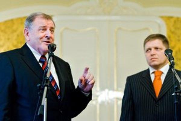 Vladimír Mečiar po sporoch hrozil aj odchodom z prvej vlády Roberta Fica, napokon s ním dovládol. Potom sa už nedostal do parlamentu.