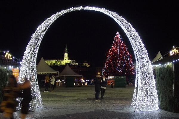 Vianočné mestečko otvorili 1. decembra. Zajtra sem príde Mikuláš. Program sa začne o 18. hodine, vyvrcholí pyromuzikálovým ohňostrojom.