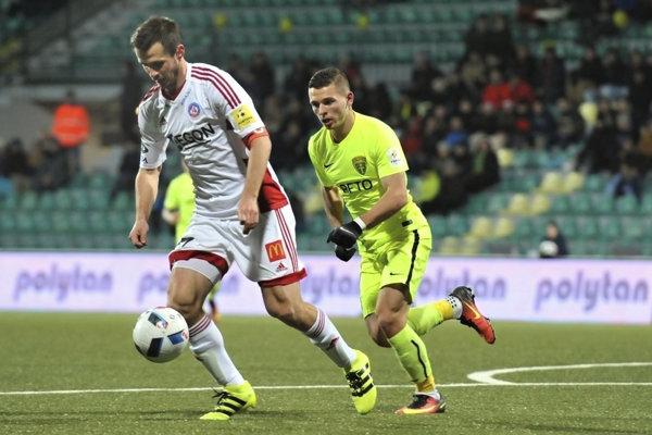 Na snímke vpravo Nikolas Špalek (MŠK Žilina) a Peter Kleščík (AS Trenčín) počas zápasu 18. kola Fortuna ligy MŠK Žilina - AS Trenčín 3. decembra 2016 v Žiline.