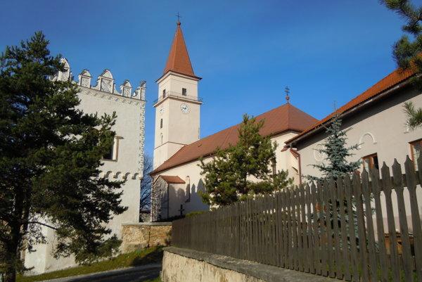 Centrum Vrbova. Dominujú mu katolícky kostol arenesančná zvonica.
