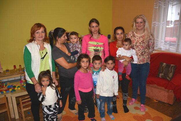 Odborná pomoc amorálna podpora. Mladým mamičkám aich ratolestiam pomáhajú dobrovoľníčky zobčianskeho združenia.