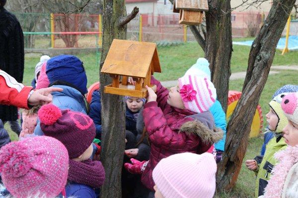 Deti sa búdkam pre vtáčikov potešili.