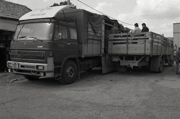 Pracovníci Jednoty SD Veľký Krtíš v stredisku Bušince nakladajú slimáky do kamióna.