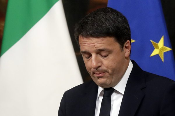 Matteo Renzi reční počas tlačovej konferencie v skorých ranných hodinách po referende.