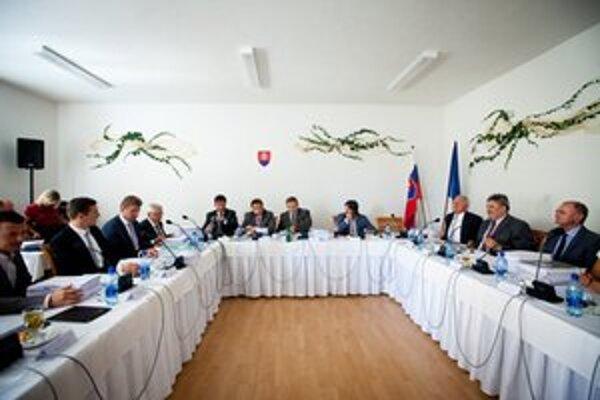 Členovia vlády počas stredajšieho rokovania.