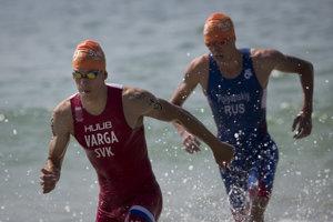 Richardovi Vargavi (vľavo) sa na novej sérii Super League Triathlon darí.