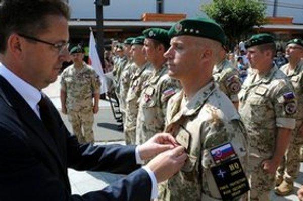 Slávnostný nástup vojakov slovenského kontingentu, ktorí sa vrátili z operácie v Afganistane.