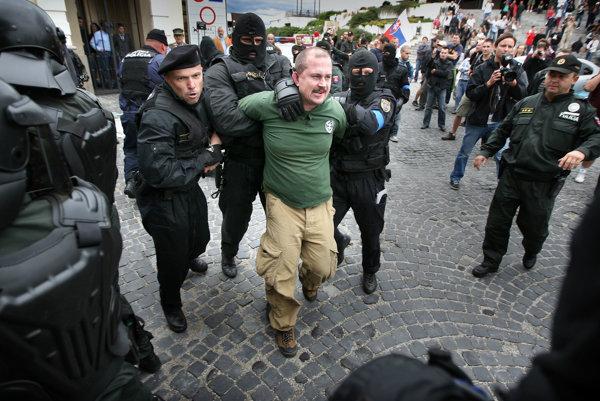 Marian Kotleba bol v minulosti viackrát trestne stíhaný, dnes je predsedom parlamentnej ĽSNS a banskobystrickým županom.