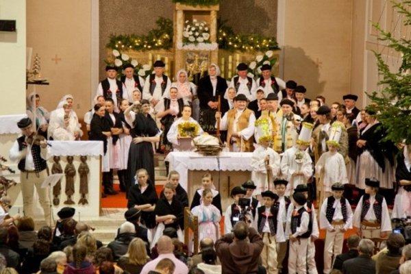 Ľudové motívy boli súčasťou Jasličkovej pobožnosti na terchovský spôsob.