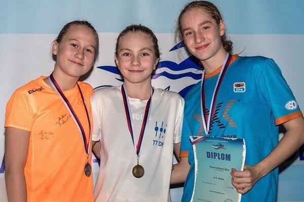 Nina Hodoňová (v strede) si doma vyplávala až päť majstrovských titulov.